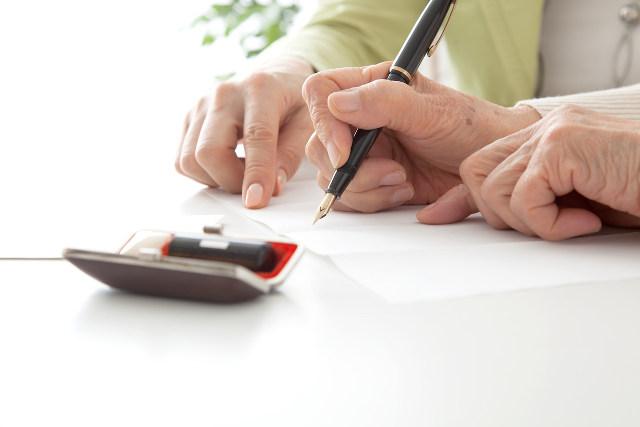 はんこと書類を書く手