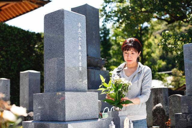 墓参りする女性
