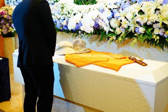 棺と参列者